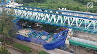 Suasana dari ketinggian konstruksi tiang beton Light Rail Transit (LRT) yang roboh di Kayu Putih, Jakarta Timur, Senin (22/1). Belum diketahui penyebab ambruknya span P28-P29 Proyek LRT yang terjadi pada dini hari tersebut. (Liputan6.com/Arya Manggala)