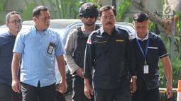 Gubernur Kepulauan Riau (Kepri) Nurdin Basirun (kedua kanan) dengan kawalan petugas tiba di Gedung KPK, Jakarta, Kamis (11/7/2019). Nurdin terjaring operasi tangkap tangan (OTT) KPK pada Rabu (10/7) dengan barang bukti uang SGD 6 ribu yang diduga suap izin rencana reklamasi (merdeka.com/Dwi Narwoko)
