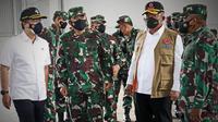 Ketua Satgas COVID-19 Ganip Warsito saat meninjau pelaksanaan program vaksinasi di Kawasan Berikat Nusantara (KBN) Cakung, Jakarta Utara, Kamis (1/7/2021). (Tim Komunikasi Kebencanaan BNPB)