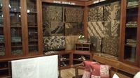 Koleksi batik Semarang 16 dengan model pewarnaan sogan (klasik/coklat). (foto: Liputan6.com/edhie prayitno ige)
