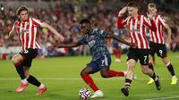 Gelandang Arsenal Bukayo Saka melakukan tembakan saat melawan Brentford pada laga pembuka Liga Inggris 2021/2022 di Brentford Community Stadium, Sabtu (14/8/2021) dini hari WIB. The Gunners tak berdaya dan takluk 0-2 dari Brentford. (AP photo/Ian Walton)
