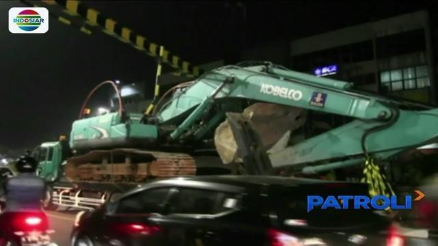 Truk pengangkut alat berat tersangkut underpass Pasar Minggu, arus lalu lintas menuju Lenteng Agung macet 2 kilometer.