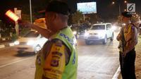 Polisi bersenjata berjaga di pos pelayanan terpadu Operasi Ketupat Lodaya 2019, Jalan Raya Pantura, Cirebon, Jawa Barat, Sabtu (1/6/2019). Objek pengamanan dalam Operasi Ketupat Tahun 2019 antara lain terminal, objek wisata, pelabuhan, stasiun kereta api, dan bandara. (Liputan6.com/Herman Zakharia)