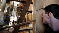 Seorang pria mengamati proses olah TKP lokasi ledakan di Gereja Katedral Koptik, Kairo di Mesir, Minggu (11/12). Ledakan yang menewaskan 25 orang itu terjadi saat jemaat di gereja sedang melaksanakan ibadah misa. (REUTERS/Amr Abdallah Dalsh)