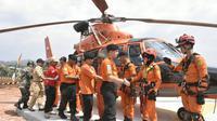 Kepala Basarnas Marsekal Muda M Syaugi menyalami tim rescuer heli. (foto : Liputan6.com/edhie prayitno ige)