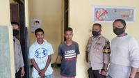 Foto : Dua kakak beradik yang menganiaya ayah kandung saat diamankan di Polsek Kelapa Lima (Liputan6.com/Ola Keda)