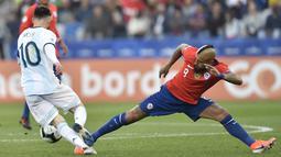 Gelandang Chile, Arturo Vidal (kanan) berusaha merebut bola dari penyerang Argentina, Lionel Messi pada pertandingan perebutan tempat ketiga Copa America di Corinthians Arena di Sao Paulo, Brasil pada 6 Juli 2019.  Inter Milan memberikan kontrak dua tahun untuk Vidal. (AFP/Douglas Magno)