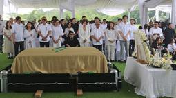 Keluarga besar berdoa saat prosesi pemakaman Chairman dan Founder Grup Ciputra Dr (HC), Almarhum Ir. Ciputra di pemakaman keluarga, Jonggol, Bogor, Kamis (5/12/2019). Ciputra meninggal dunia dalam usia 88 tahun di rumah sakit di Singapura pada 27 November 2019 lalu. (Liputan6.com/Herman Zakharia)