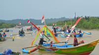 Larung sesaji dalam Sedekah Laut di Desa Ujung Alang, Kampung Laut, Cilacap. (Foto: Liputan6.com/Muhamad Ridlo)