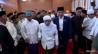 Jokowi bersama KH Maimun Zubair. (BPMI)