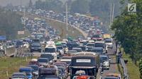 Mobil pemudik memadati dua ruas Jalan Tol Cikopo Palimanan (Cipali) pada Km 187 sebelum pintu keluar Gerbang Tol Cipali, Cirebon, Jawa Barat, Sabtu (1/6/2019). Memasuki H-4 Lebaran, kepadatan terjadi di ruas Tol Cipali di Km 73 sampai dengan Km 78 dan Km 86.(Www.sulawesita.com)