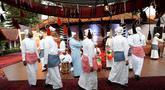 Warga Arab Saudi mempersembahkan tari tradisional pada acara Saudi House di Resto  Pulau Dua Senayan, Jakarta, Minggu (19/8). Festival ragam budaya Arab Saudi juga memberi dukungan kepada atlet Asian Games 2018. (Liputan6.com/Fery Pradolo)