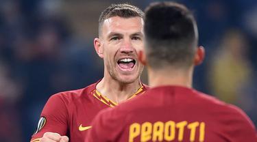 Pemain AS Roma Edin Dzeko merayakan golnya ke gawang Wolfsberg pada pertandingan Grup J Liga Europa di Olympic Stadium, Roma, Italia, Kamis (12/12/2019). Roma tetap lolos ke babak 32 besar Liga Europa meski laga bermain imbang 2-2. (Filippo MONTEFORTE/AFP)