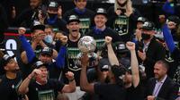 Milwaukee Bucks angkat trofi tim terbaik di Playoff NBA 2021 untuk wilayah timur. (KEVIN C. COX / GETTY IMAGES NORTH AMERICA / GETTY IMAGES VIA AFP)