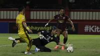 Striker PSM Makassar, Ferdinan Sinaga, berusaha mencetak gol ke gawang Bhayangkara FC pada laga Shopee Liga 1 di Stadion PTIK, Jakarta, Selasa (29/10).Bhayangkara menang 3-2 atas PSM. (Bola.com/Yoppy Renato)