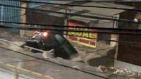 Mobil Avanza hitam raib saat banjir bandang kembali menerjang Kota Bandung, Rabu petang, 9 November 2016. (Liputan6.com/Kukuh Saokani)