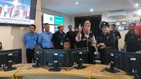 Saat Malam Tahun Baru 2019, Rabu, 31 Desember 2018, Menkes Nila F Moeloek Melakukan Kunjungan ke National Comand Center atau Pusat Layanan 119. Terlihat Seluruh Karyawan Melayani Panggilan Masuk dari Seluruh Indonesia (Foto: Aditya Eka Prawira)