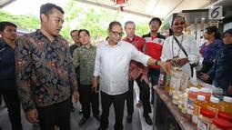 Menteri Koperasi & UKM RI Anak Agung Gede Ngurah Puspayoga (tengah)  meninjau kegiatan SETC Expo 2018 di Denpasar, Bali (15/12/2018). Kegiatan SETC Expo 2018 ini mendatangkan lebih dari 180 pelaku UKM binaan Sampoerna. (Liputan6.com/HO/Ading)
