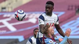 Bek Tottenham Hotspur, Davinson Sanchez (atas) memenangi duel udara dengan striker West Ham United, Jarrod Bowen dalam laga lanjutan Liga Inggris 2020/21 pekan ke-25 di The London Stadium, Minggu (21/2/2021). Tottenham kalah 1-2 dari West Ham. (AFP/Neil Hall/Pool)