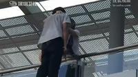 Seorang gadis muda menuai pujian karena menggagalkan usaha bunuh diri seorang pemuda diri dengan sebuah ciuman