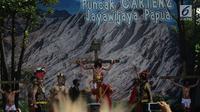 Visualisasi jalan salib di gereja ST. Fransiskus Asisi Paroki Tebet, Jakarta,Jumat (19/4).  Visualisasi tersebut diadakan untuk menambah keimanan umat Katolik yang mengikuti ibadah Jumat Agung dalam rangkaian peringatan Paskah. (merdeka.com/Imam Buhori)