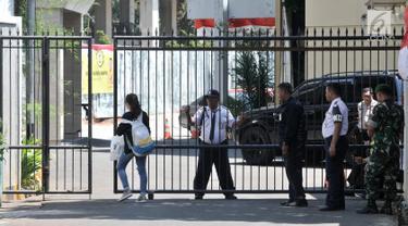 Sejumlah petugas gabungan polisi, tentara, dan satpam berjaga di gerbang pintu masuk Kantor DPP Partai Golkar, Slipi, Jakarta, Rabu (21/8/2019). Penjagaan ketat dilakukan setelah sehari sebelumnya ratusan orang berseragam Angkatan Muda Partai Golkar menduduki kantor itu. (merdeka.com/Iqbal Nugroho)