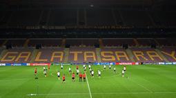 Suasana latihan tim Paris Saint-Germain (PSG) di kompleks olahraga TT Ali Samiyen di Istanbul (30/9/2019). PSG akan bertanding melawan tuan rumah Galatasaray pada grup A Liga Champions di Türk Telekom Stadium. (AFP Photo/Ozan Kose)