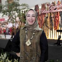 Chintami Atmanegara ikut merayakan Hari Batik Nasional. foto: istimewa