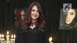 Penyanyi Audy berpose usai meluncurkan album terbarunya bertajuk The Best of Audy di kawasan Semanggi, Jakarta, Rabu (4/10). Album terbaru Audy berisikan 17 lagu terbaik dan 17 tahun masa berkarya audy di industri musik. (Liputan6.com/Herman Zakharia)