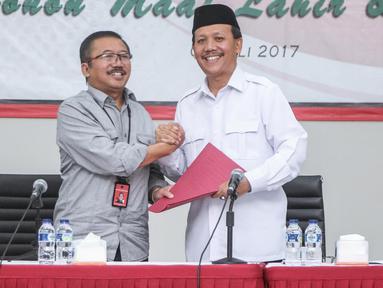 Sekda Jawa Barat, Iwa Karniwa (kanan) memberikan formulir pendaftaran calon gubernur Jawa Barat ke Ketua DPP Bidang Pemenangan Pemilu PDIP Bambang DH  di kantor DPP PDIP di Jalan Diponegoro, Menteng, Jakarta, Jumat (7/7). (Liputan6.com/Faizal Fanani)