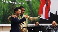 Menteri Pertanian, Amran Sulaiman bersama perwakilan mahasiswa pertanian saat kegiatan Sosialisasi RUU tentang Karantina Hewan, Ikan, dan Tumbuhan, serta RUU tentang Sistem Budidaya Pertanian Berkelanjutan, di Kantor Pusat Kementan, Jakarta.