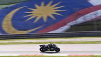 Aksi pembalap Movistar Yamaha, Valentino Rossi dalam tes pramusim MotoGP 2018 di Sirkuit Sepang, Malaysia. (AP Photo/Sadiq Asyraf)