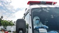 Tenaga kesehatan mengantarkan pasien Covid-19 ke RSD Wisma Atlet, Jakarta, Minggu (30/5/2021). Jumlah pasien positif Covid-19 melonjak dua kali lipat dalam dua pekan karena banyaknya pemudik terpapar virus pada arus mudik Lebaran ditambah adanya klaster keluarga. (merdeka.com/Iqbal S. Nugroho)