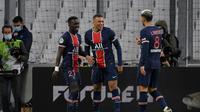 Striker PSG, Kylian Mbappe, merayakan golnya bersama rekan-rekan setimnya saat laga kontra Marseille pada pekan ke-24 Ligue 1 Prancis, Senin (8/2/2021) dini hari WIB. (NICOLAS TUCAT / AFP)