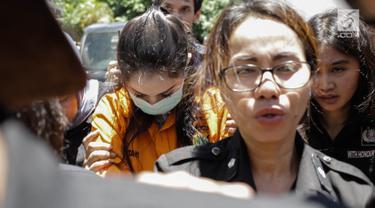Artis sekaligus tersangka kasus narkoba Jennfer Dunn tiba di Kejaksaan Negeri Jakarta Selatan, Kamis (15/3). Ditresnarkoba Polda Metro Jaya melimpahkan tersangka Jennifer Dunn dan barang bukti ke Kejari Jaksel. (Liputan6.com/Faizal Fanani)