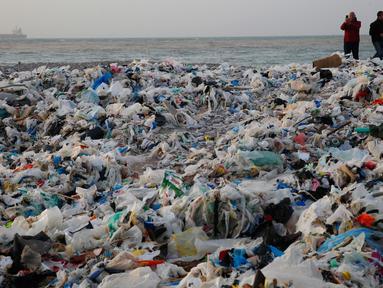 Pantai Zouq Mosbeh tertutup tumpukan sampah-sampah plastik yang tersapu ke darat di utara Beirut, 22 Januari 2018. Lautan sampah itu menumpuk setelah disapu gelombang besar yang ditimbulkan hantaman badai di Lebanon. (AP/Hussein Malla)
