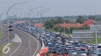 Ribuan kendaraan terjebak kemacetan di pintu tol Brebes Timur, Jawa Tengah, Minggu (3/7). Seluruh 8 gardu tol di pintu keluar Brebes Timur pun dioperasikan dan diperkiran puncak arus mudik pada hari hari ini. (Liputan6.com/Angga Yuniar)