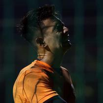Penjaga gawang Timnas Indonesia U-22, Nadeo Argawinata saat mengikuti latihan di Lapangan D, Kompleks Gelora Bung Karno, Senayan, Jakarta, Selasa (2/3/2021). Latihan ini persiapan untuk dua ajang uji coba melawan tim Liga 1 Indonesia dan SEA Games 2021 di Vietnam. (Liputan6.com/Helmi Fithriansyah)