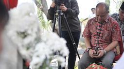 Putra pertama Presiden ke-3 RI BJ Habibie, Ilham Akbar Habibie saat berziarah ke makam kedua orangtuanya di TMP Kalibata, Jakarta, Minggu (15/9/2019). Ilham memanjatkan doa bersama warga yang turut datang berziarah. (merdeka.com/Iqbal Nugroho)
