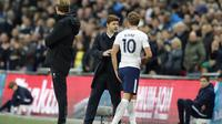 Striker Tottenham Hotspur Harry Kane berbicara dengan Manajer Mauricio Pochettino soal cederanya yang didapat saat laga kontra Liverpool dalam lanjutan Liga Inggris, 22 Oktober 2017. (AP Photo/Frank Augstein)