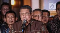 Ketum Partai Demokrat Susilo Bambang Yudhoyono (SBY) memberi keterangan usai bertemu dengan capres nomor urut 02 Prabowo Subianto di Jakarta, Jumat (21/12). SBY mengatakan ada kekhawatiran terjadinya kecurangan di Pemilu 2019. (Liputan6.com/Faizal Fanani)