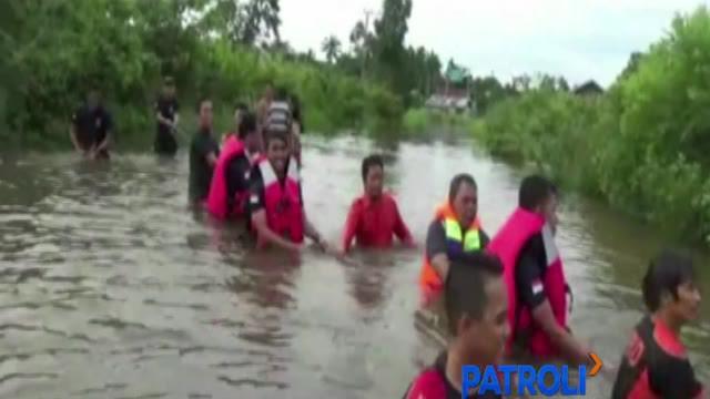 Tim SAR gabungan dibantu warga Kabupaten Batanghari berupaya mengevakuasi sebuah mobil dinas milik pejabat daerah dari dalam rawa di kawasan Muaro Bulian.