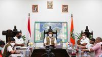 Kepala BNPB Doni Monardo menyampaikan update Penanganan Pasca Banjir Bandang di Provinsi Nusa Tenggara Timur (NTT) pada Rabu, 7 April 2021 malam. (Badan Nasional Penanggulangan Bencana/BNPB)