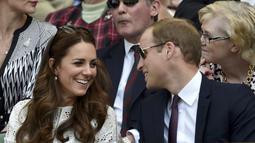 Pangeran William tampak mendiskusikan jalannya pertandingan dengan sang istri, Kate Middleton, London, Rabu (2/7/14). (REUTERS/Toby Melville)