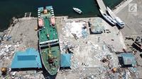Pandangan udara, sebuah kapal KM Sabuk Nusantara 39 terseret ombak akibat tsunami Pelabuhan Wani, Donggala, Sulawesi Tengah Kamis (4/10). Kapal yang membawa 20 anak buah kapal tidak berpenumpang saat tsunami terjadi. (Liputan6.com/Fery Pradolo)