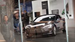 Mobil Tesla model S dipamerkan di sebuah dealer di Chicago, Illinois (30/3). Pengemudi Tesla berusia 38 tahun itu meninggal di rumah sakit terdekat tak lama setelah kecelakaan itu. (Scott Olson / Getty Images / AFP)