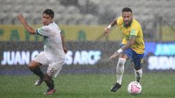 Penyerang Brasil, Neymar, mengejar bola saat menghadapi Bolivia pada laga kualifikasi Piala Dunia 2020 di Corinthians Arena, Sabtu (10/10/2020) pagi WIB. Brasil menang 5-0 atas Bolivia. (AFP/Buda Mendes/pool)