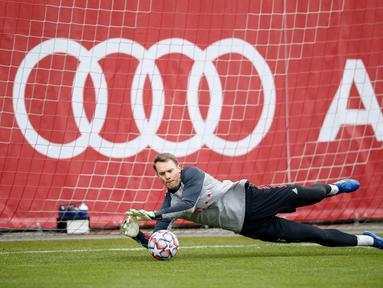 Kiper Bayern Munchen, Manuel Neuer berusaha menepis bola saat mengikuti sesi latihan tim di Munich, Jerman selatan (24/11/2020). Munchen akan bertanding melawan Salzburg pada Grup A Liga Champions di Allianz Arena. (AFP/Marco Donato)