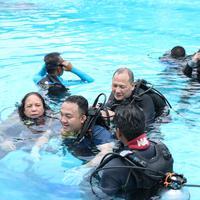 Memperingati hari International Women's Day, Komunitas Penyelam Profesional Perempuan Indonesia ajak komunitas disabilitas mencoa diving. (Fimela.com/Adrian Putra)