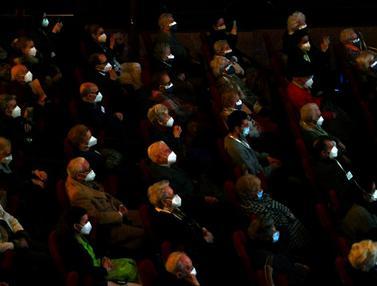 FOTO: Usai Divaksin Corona, Lansia Spanyol Nikmati Pertunjukan Teater